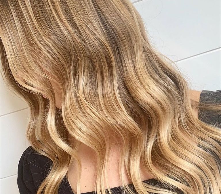 Balayage al miele su capelli castano scuro: rendi l'estate senza fine!